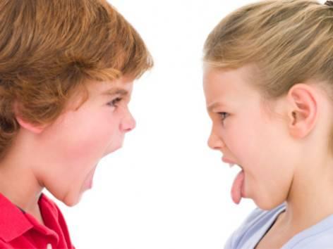 Fratello e sorella che litigano
