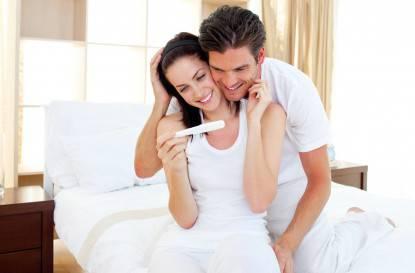 Coppia felice controlla il test di gravidanza positivo