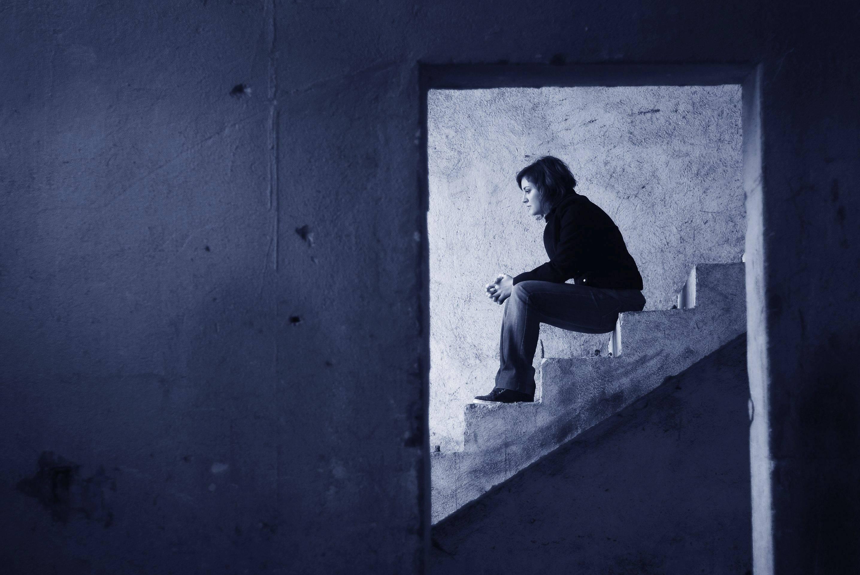 onna sola seduta sulle scale