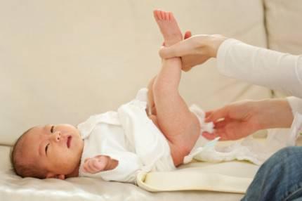 Cambio del pannolino a un neonato