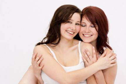 Due amiche si stringono in un affettuoso abbraccio