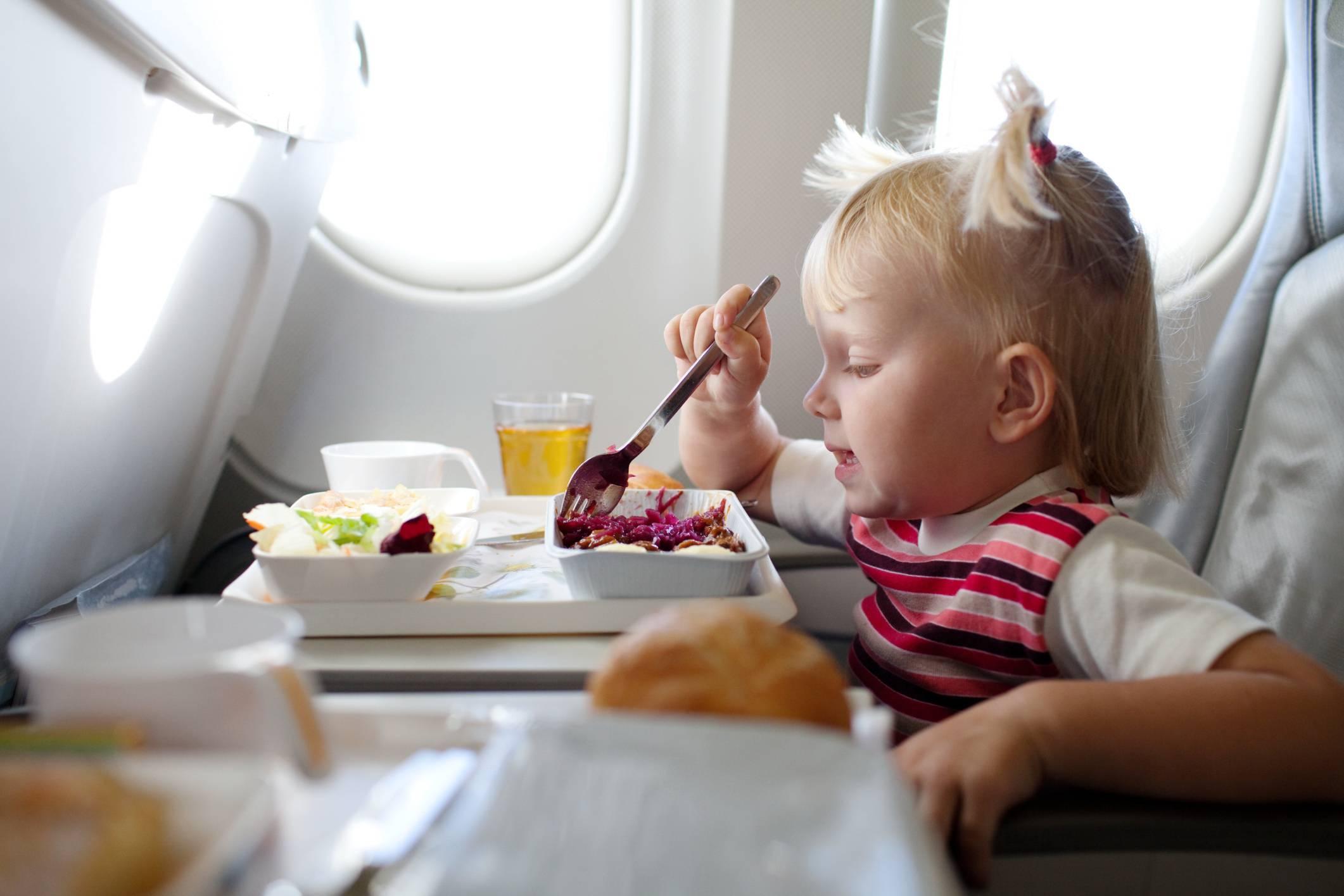 Bambina mangia su aereoplano