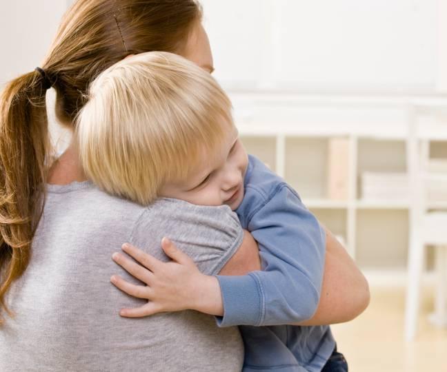 Mamma che abbraccia il figlio