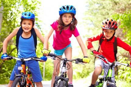 Bambini che vanno in bicicletta