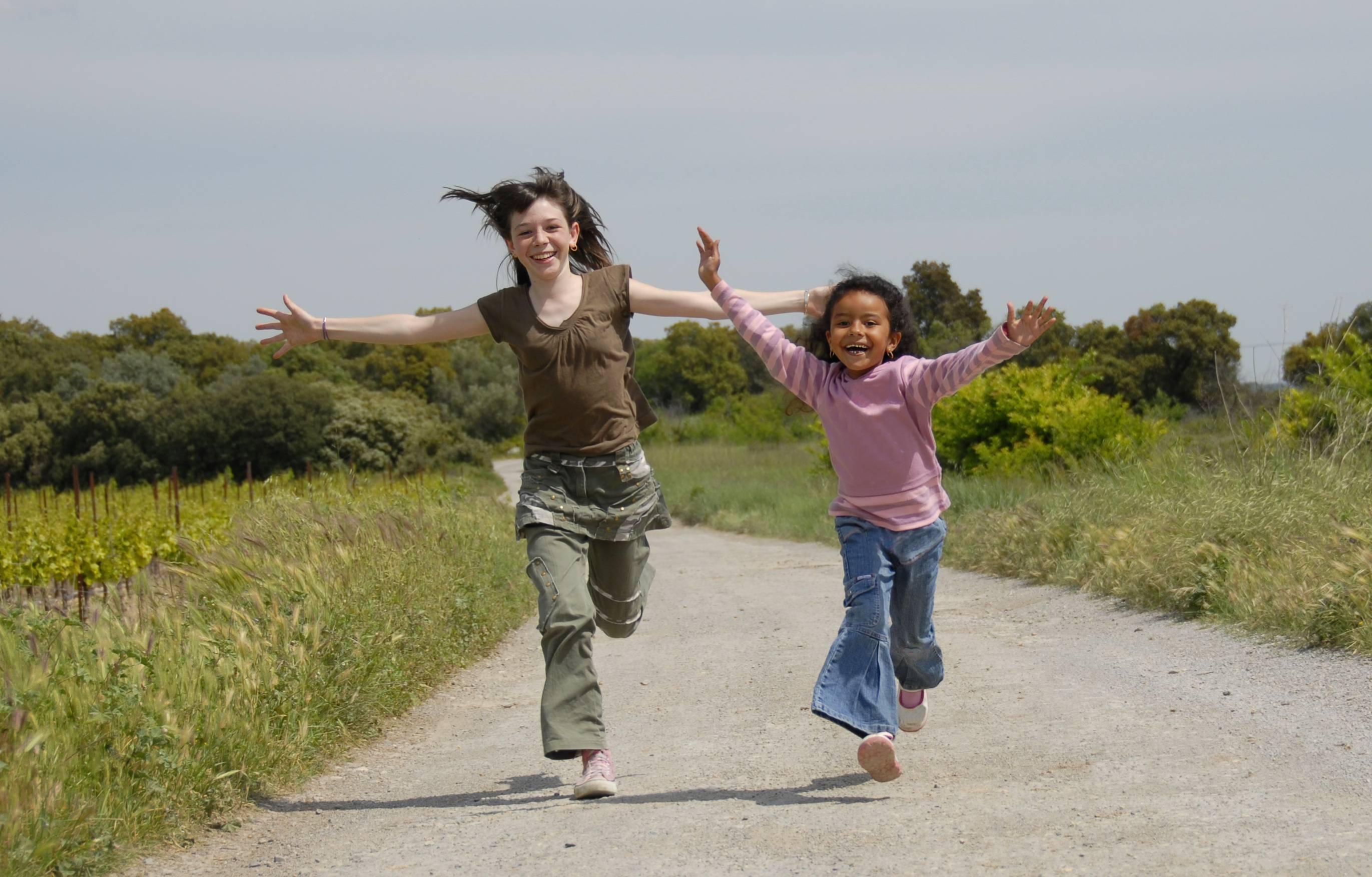Due bambine di etnie diverse corrono insieme