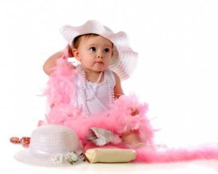 Bambina con vestito e accessori rosa