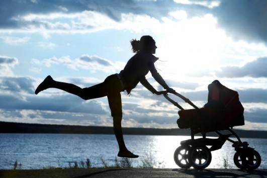 Mamma che si allena con carrozzina