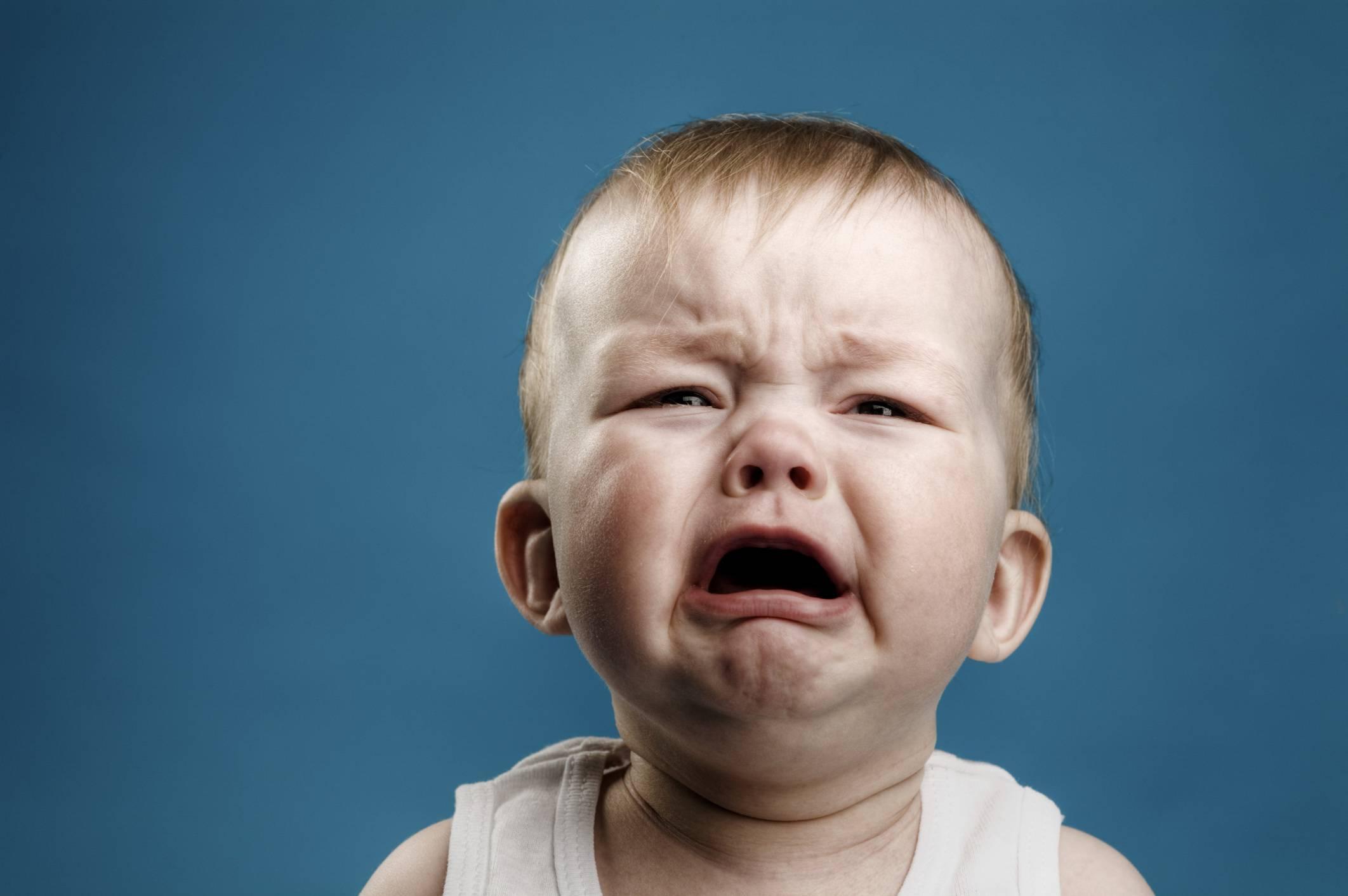 Bambino in primo piano che piange
