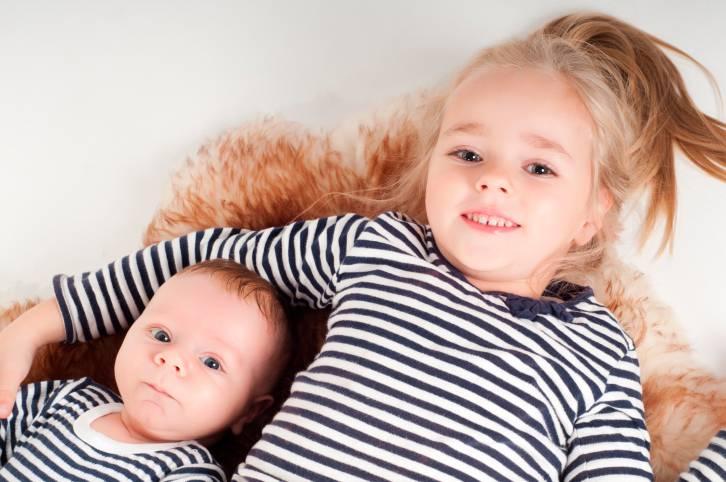 Neonato con sorellina più grande