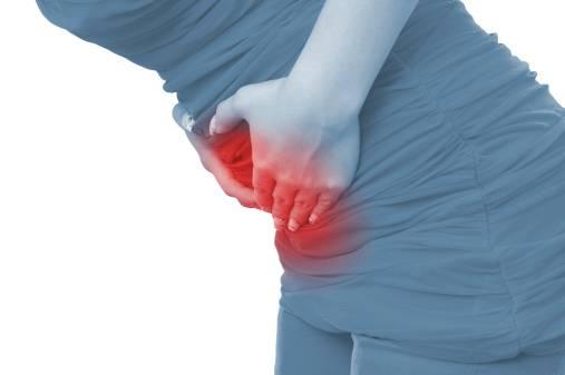 Donna che accusa forte dolore allo stomaco e alla pancia