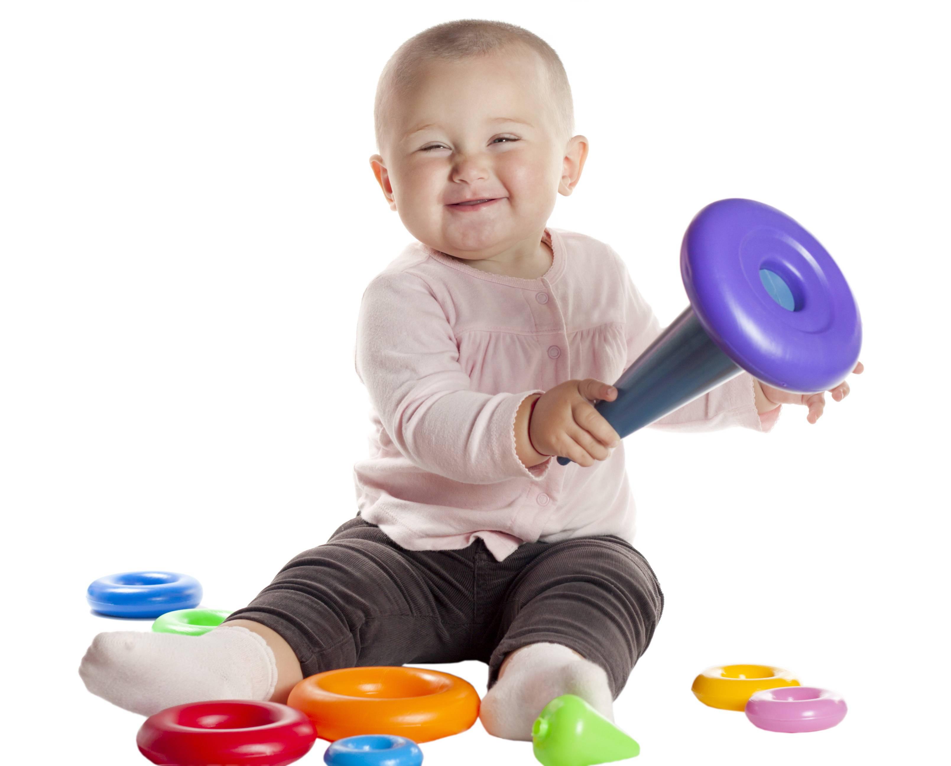 Bambina sorride con giocattoli educativi