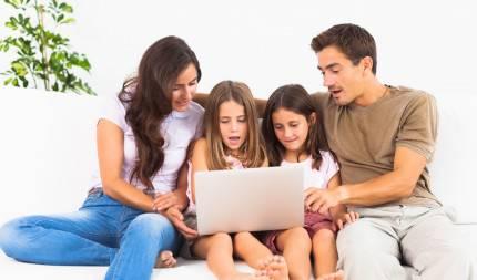 Famiglia su un divano con un pc