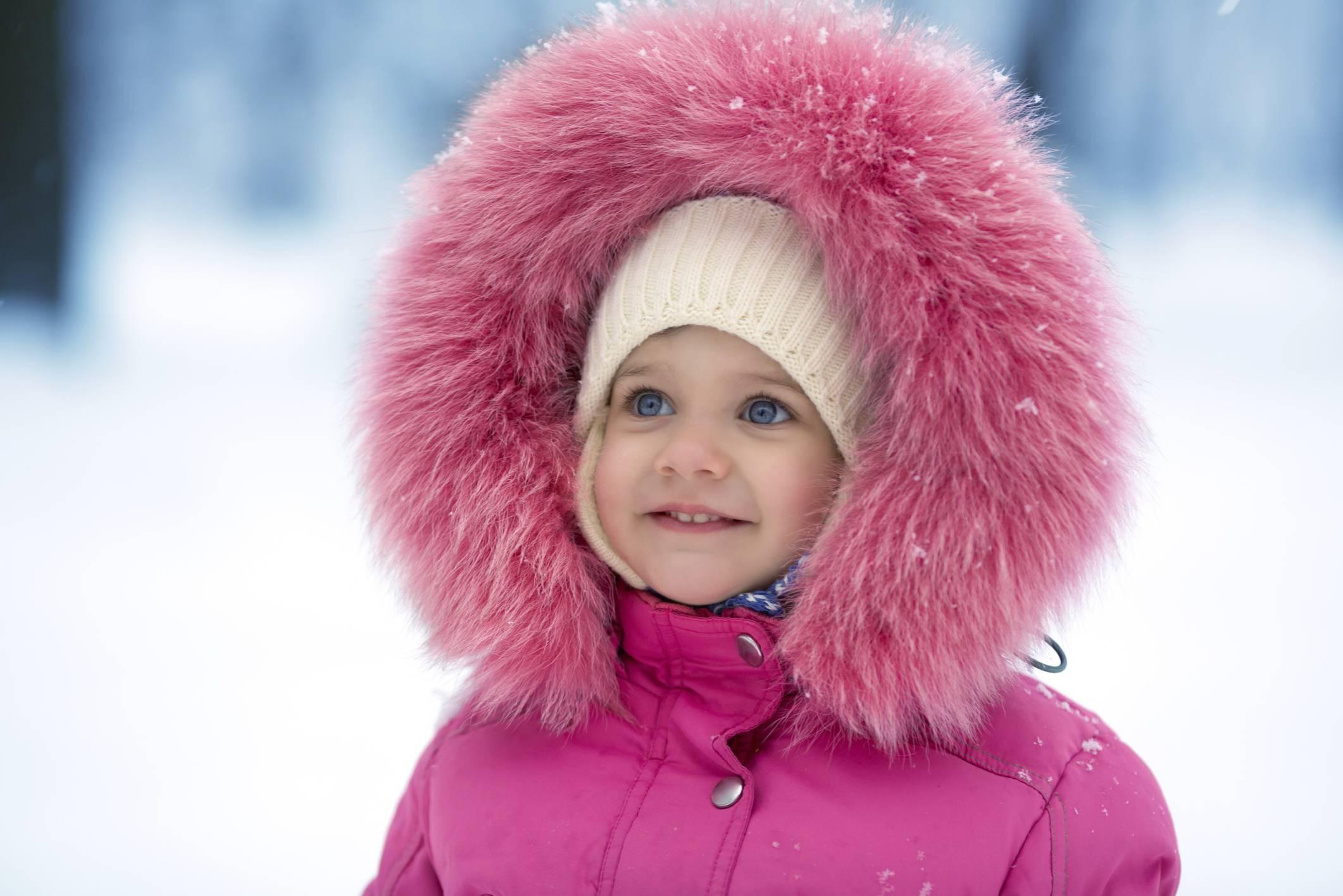 Bambina sorridente sulla neve