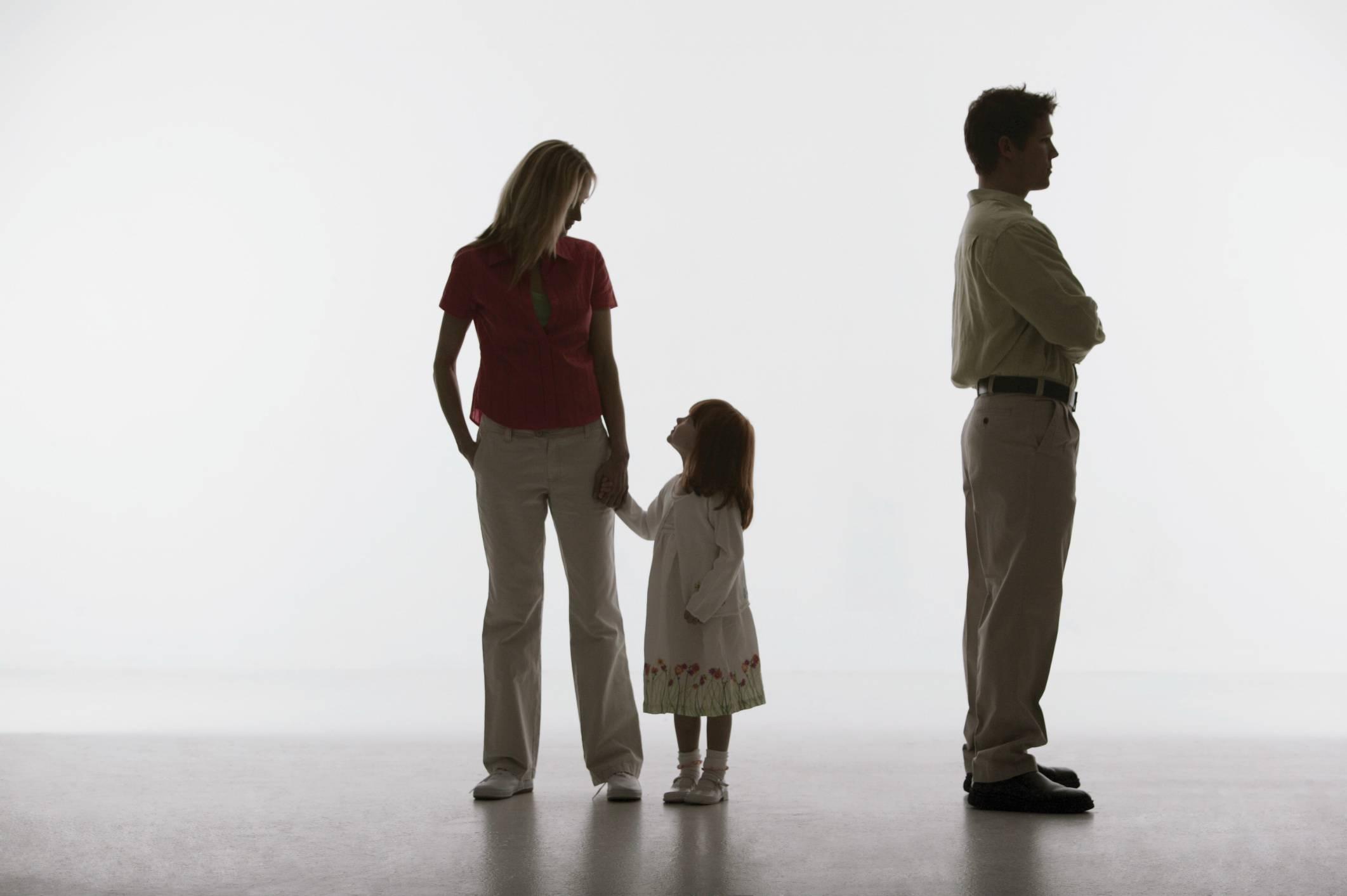 Silhouette di una famiglia con papà voltato di spalle