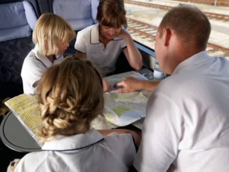 Famiglia in treno che studia una mappa