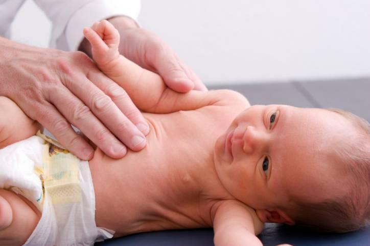 Neonato visitato dal pediatra