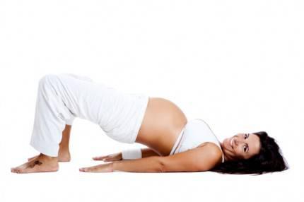 Donna incinta che fa esercizi specifici per il perineo
