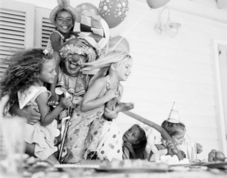 Festa di compleanno, clown gioca con bambini