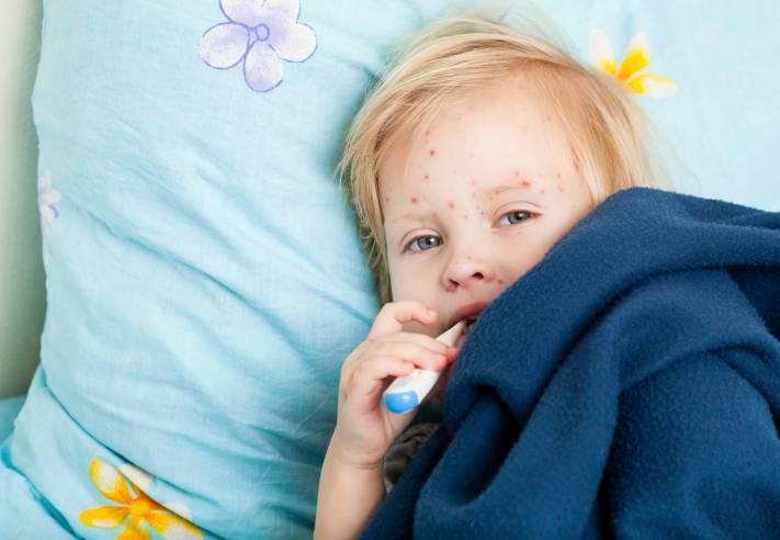 Bambina malata, allettata con termometro