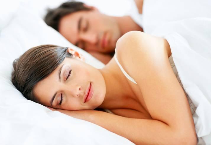 Coppia giovane dorme felice