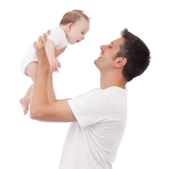 padre che gioca con il suo bimbo