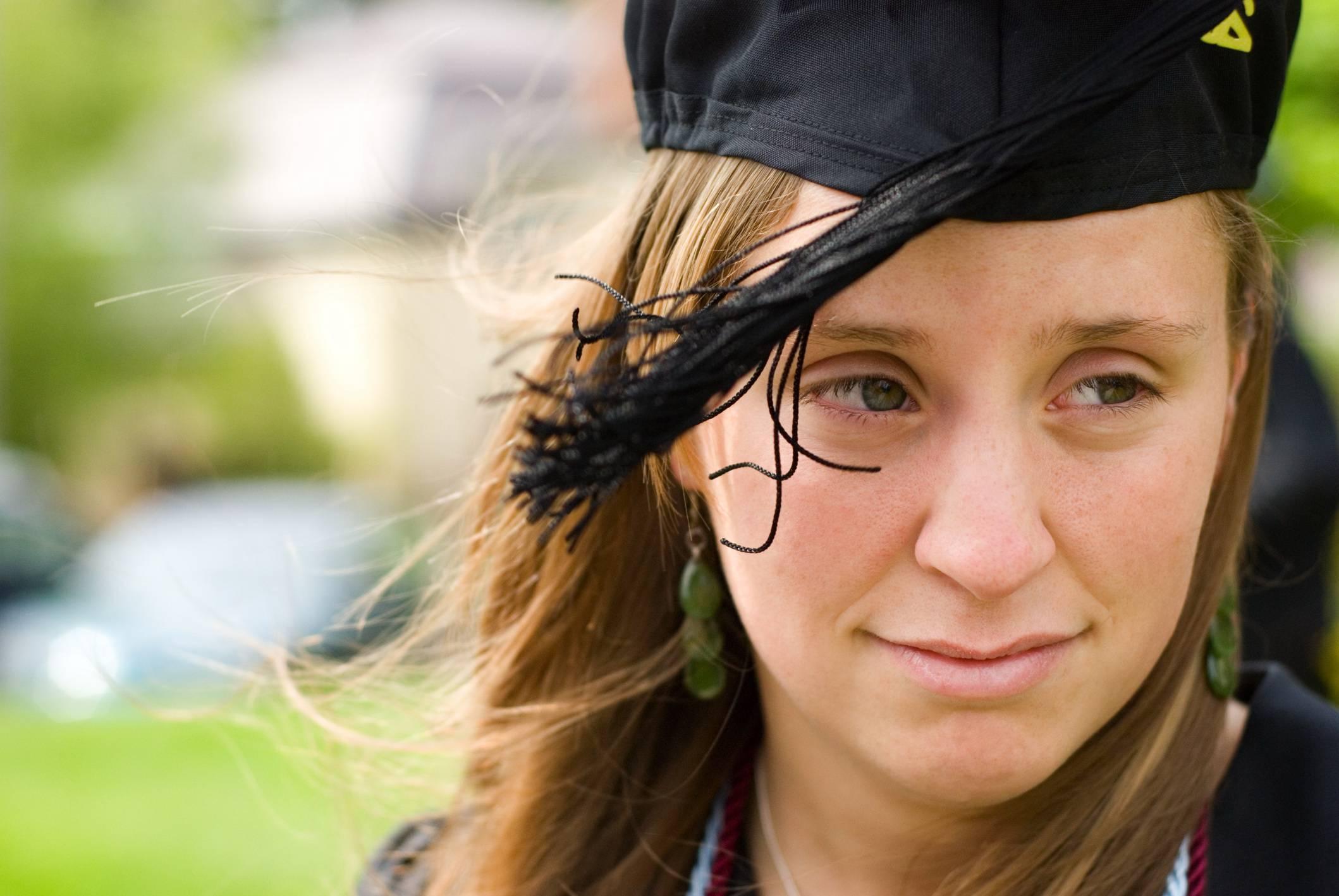 Giovane laureata con cappello