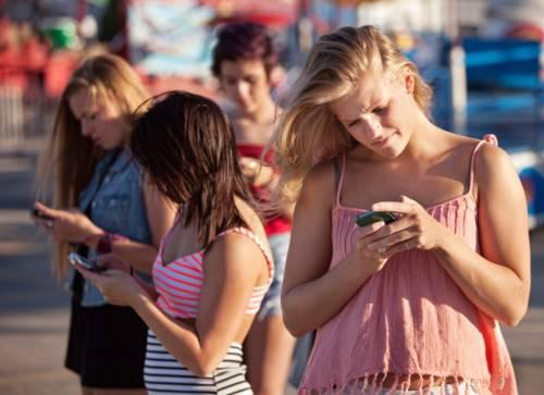 Adolescenti alle prese con gli smartphones