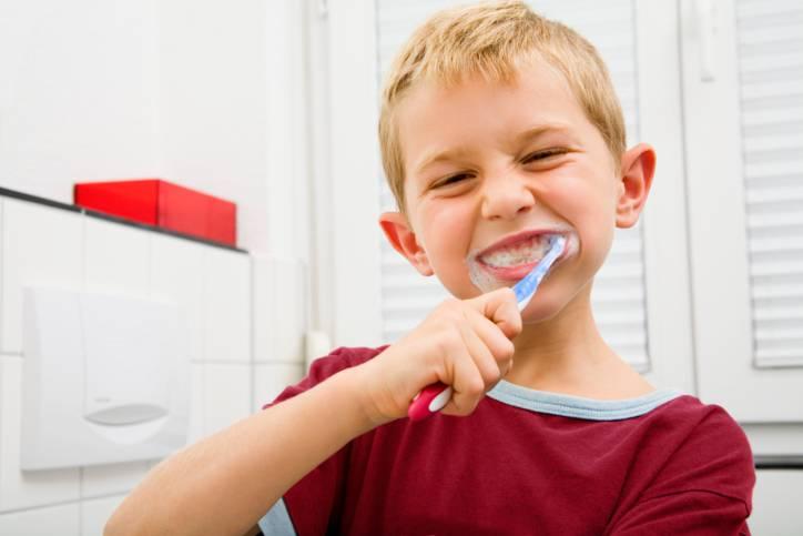 bimbo che si lava i denti