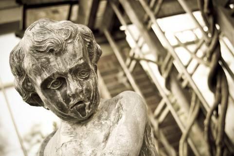 Antica statua di bambino danneggiata