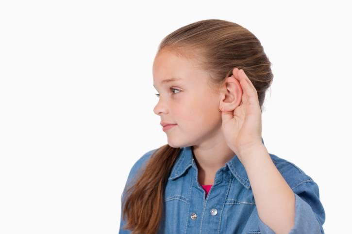 bambina che si tiene l'orecchio