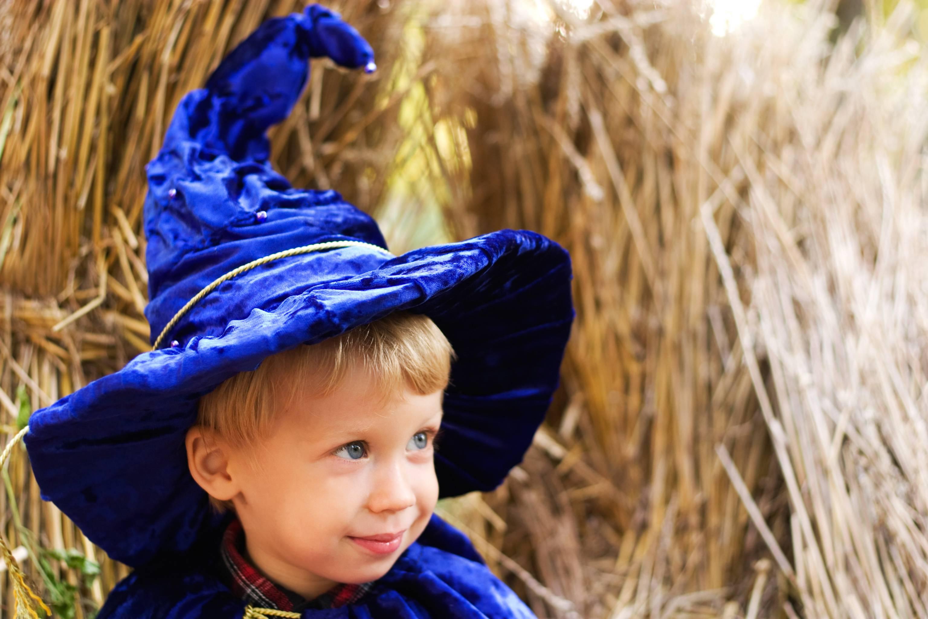 Bambino con cappello da mago
