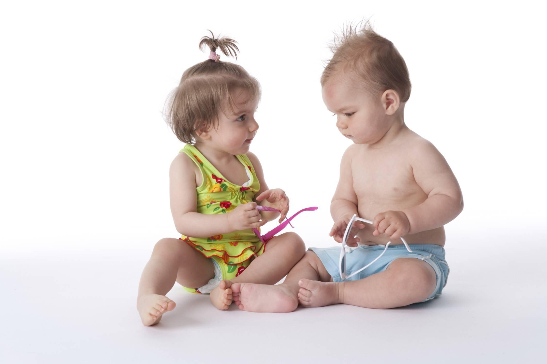 Un bambino e una bambina sembrano parlare tra di loro