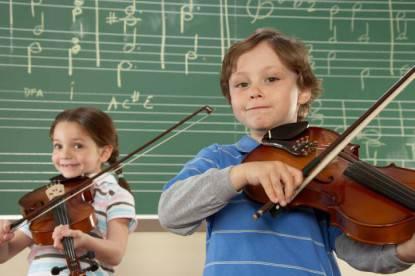 Bambini che suonano il violino