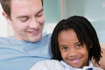 Un papà con sua figlia