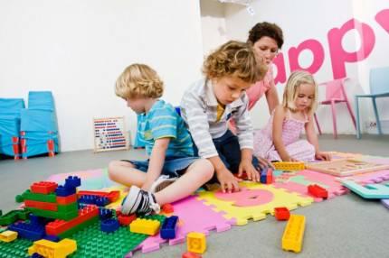 Bambini che giocano con un adulto
