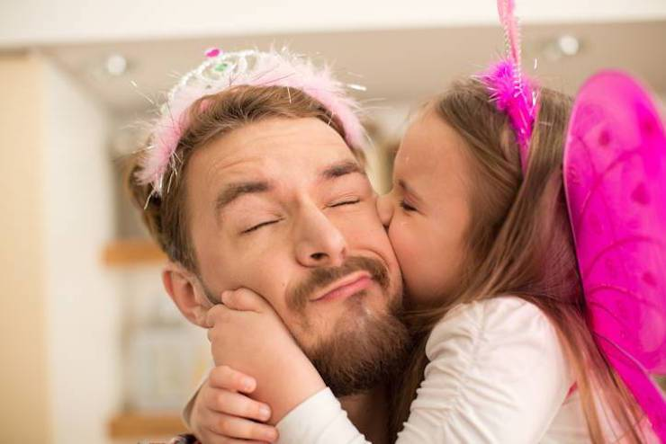 bambina bacia papà