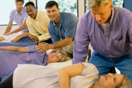 Un gruppo di donne assieme ai mariti partecipano al corso pre-parto