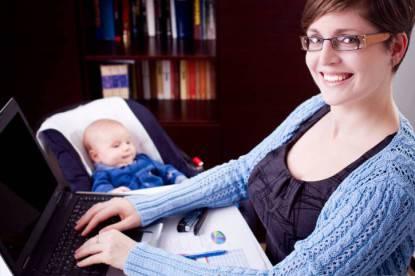 mamma con figlio che lavora al computer