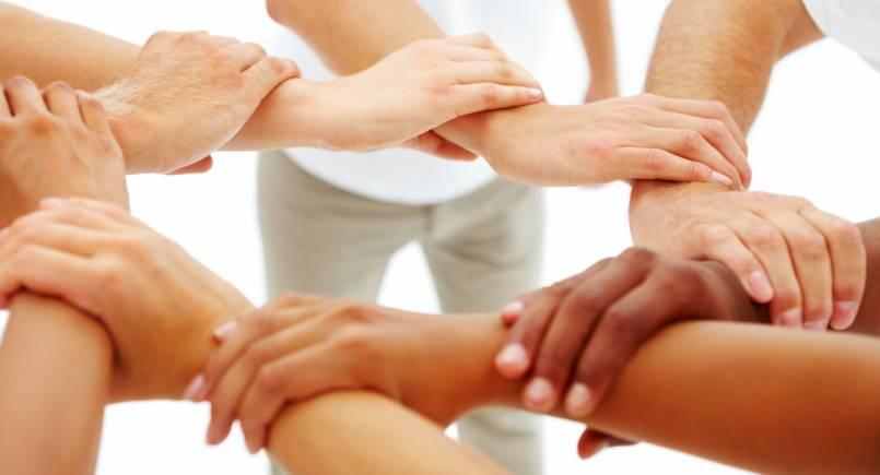 Mani unite ad indicare unità e condivisione
