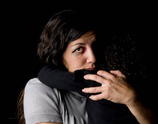 Bambino spaventato abbraccia mamma che è stata picchiata