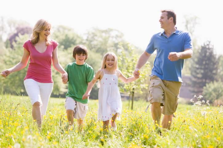 Famiglia corre insieme tenendosi poer mano
