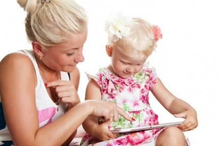 Mamma e figlia guardano un tablet insieme.