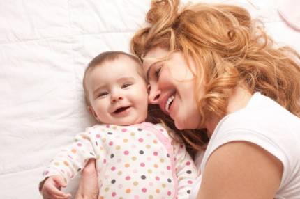 Bambino e mamma sorridono insieme
