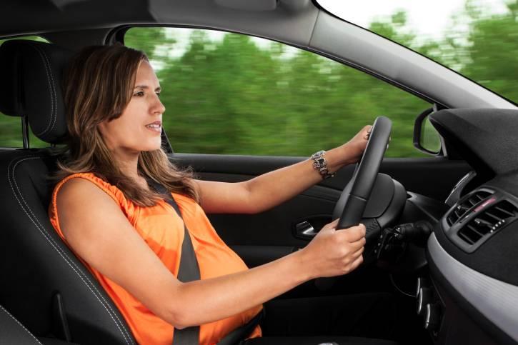 Donna incinta che guida