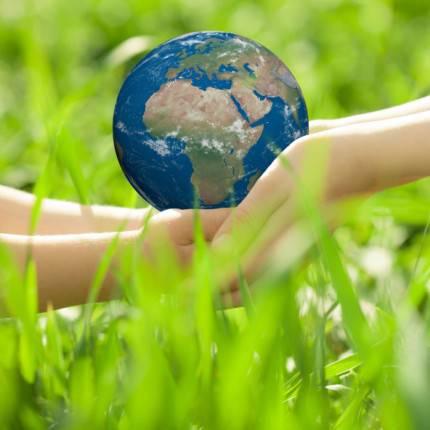 """La terra """"trasmessa"""" nella mani dei bambini dagli adulti"""