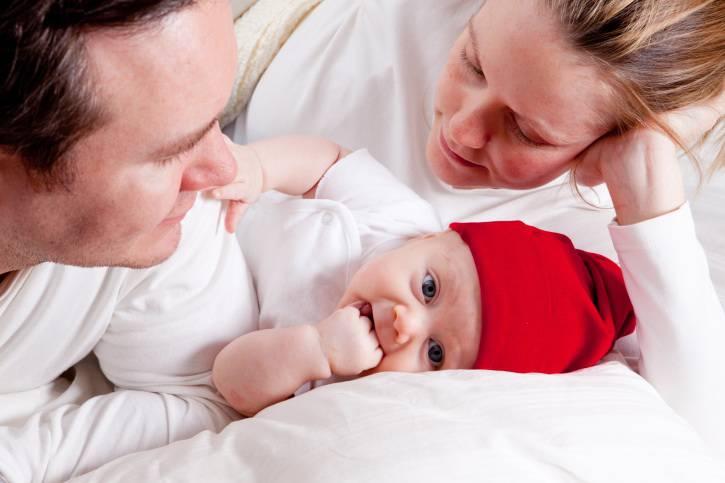 Mamma e papà guardano il loro bambino appena nato