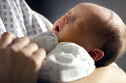 Neonato nelle braccia della mamma, poco dopo il parto