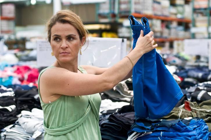 Donna in un negozio tra abiti