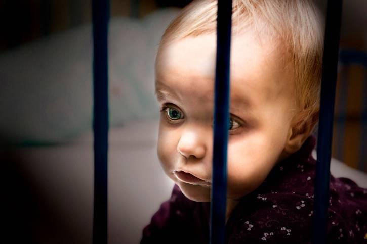 Bambino dietro le sbarre