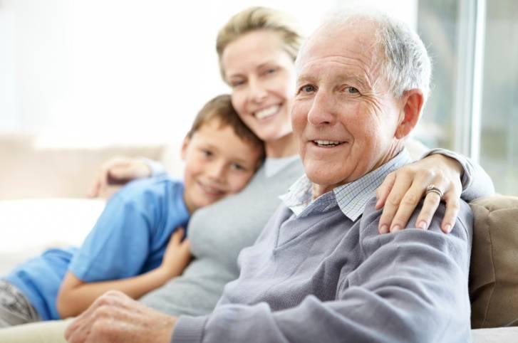 Nonno con figlia e nipote